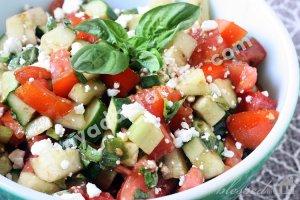 Domates, Fesleğen ve Beyaz Peynir Salatası Tarifi